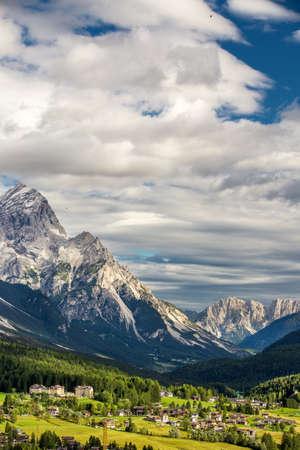 Cortina d Ampezzo village entouré par les Dolomites, Italie, Europe Banque d'images - 33300959