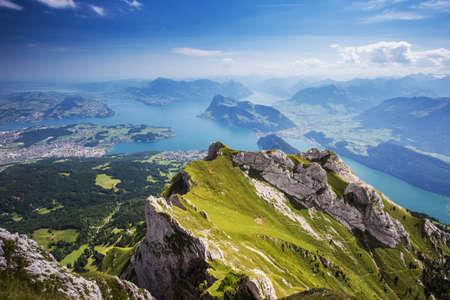 Belle vue sur le lac de Lucerne (Vierwaldstattersee), la montagne Rigi et Buergerstock de Pilatus, Alpes suisses, Suisse centrale Banque d'images - 61945240