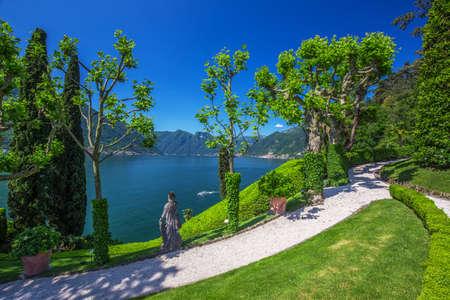 Bella vista lago di Como e le Alpi da Villa Balbianello, Italia.