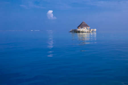 hospedaje: Overwater bungalows with tourquise clear water in tropical island Editorial