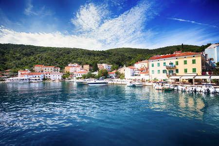 Widok wioska Valun z schronieniem i łodziami, Cres wyspa, Chorwacja