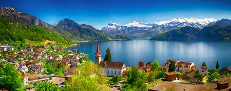 Panorama obrazu wsi Wegis, jeziora Lucerna (Vierwaldstatersee), góry Pilatus i Alpy Szwajcarskie w tle w pobliżu słynnego miasta Lucerna, Szwajcaria