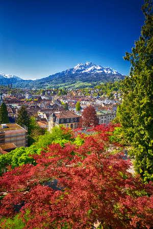 Centre-ville historique de Lucerne avec la montagne célèbre de Pilatus et Alpes suisses, Luzern, Suisse Banque d'images - 64132818