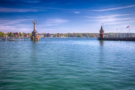 Statue d'Imperia dans le port de la ville de Constance en vue du lac de Constance. Constance est une ville située dans le coin sud-ouest de l'Allemagne à la frontière avec la Suisse. Banque d'images - 64132798