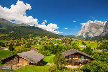 有名なグリンデルヴァルト渓谷、緑の森林、アルプスのシャレー、背景、バーナー オーバーランド スイス、ヨーロッパのスイス アルプス (Schreckhorn 写真素材