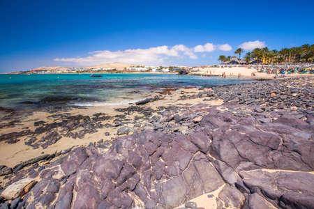 Vue sur la plage de sable de Costa Calma avec les montagnes vulcaniques en arrière-plan sur l'île de Fuerteventura, îles Canaries, Espagne. Banque d'images - 64132629