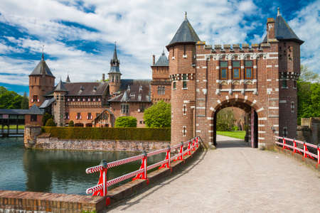 HAARZUILENS, NETHERLANDS - Castle de Haar with the bridge in the foreground 新闻类图片