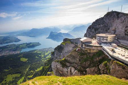 PILATUS - LUZERN, SUISSE - Chemin de fer à crémaillère le plus raide du monde et vue sur les Alpes suisses depuis le sommet du Pilatus Banque d'images - 64125814