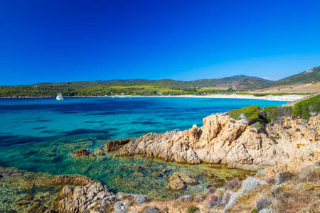 poblíž: Pláž Sandy Grand Capo s červenými skalami poblíž Ajaccio, Korzika, Evropa. Reklamní fotografie