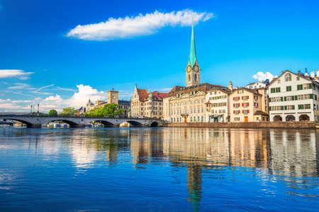 Vue du centre-ville de Zurich historique avec la célèbre église de Fraumünster, rivière Limmat et le lac de Zurich, Zurich, Suisse Banque d'images - 66193166