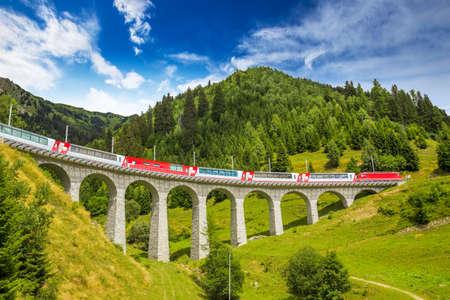 유명한 육교 바이어 덕트 브릿지를 타고 기차를 타십시오. 알 부라  베르니나 지역의 레이 티안 철도 섹션 (티레노에서 세인트 모리츠까지의 에티 시