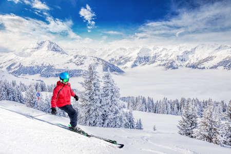Skier sur la pente de ski à Kitzbuhel station de ski, Alpes tyroliennes, Autriche Banque d'images - 73004689