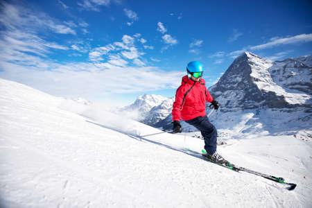 스위스 알프스의 유명한 융프라우 스키 리조트에서 스키 슬로프에서 스키와 젊은 매력적인 있으면 백인 스키어 스톡 콘텐츠