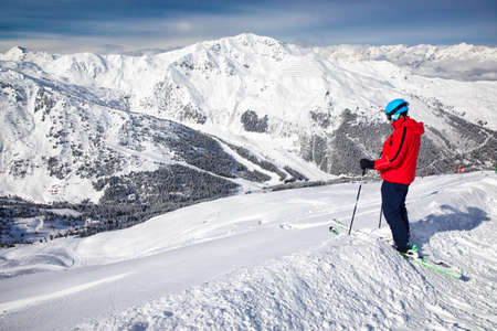 Man enjoying the stunning view before freeride skiing in famous ski resort in Tyrolian Alps, Zillertal, Austria 免版税图像