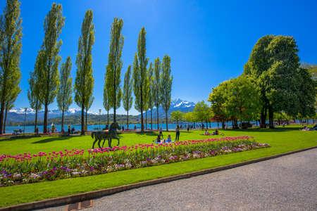 LUZERN, ZWITSERLAND - Mei 2016 - Luzerne-promenade met Pilatus-berg en Luzerne-meer, Zwitserland, Europa. Redactioneel