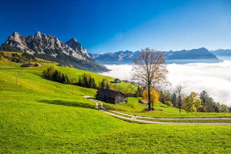 Nebbia che circonda Grosser, Kleiner Mythen, Lago di Lucerna, montagna Rigi e città di Brunnen da Sattel, Svizzera centrale.