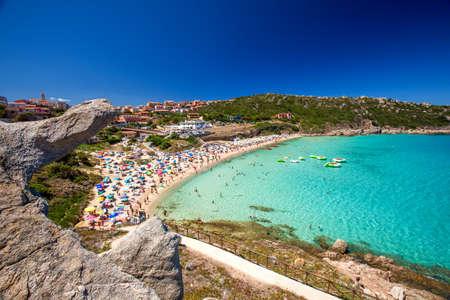 Spiaggia di Rena Bianca beach with red rocks and azure clear water, Santa Terasa Gallura, Costa Smeralda, Sardinia, Italy. Standard-Bild