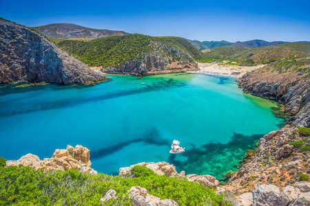 Cala Domestica 해변, 코스타 베르데, 사르데냐, 이태리. 사르데냐는 지중해에서 두 번째로 큰 섬입니다. 스톡 콘텐츠 - 85024903