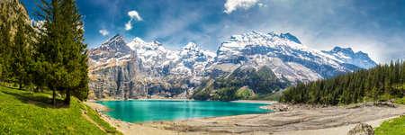 Sortie touristique incroyable Oeschinnensee avec cascades, chalet en bois et Alpes suisses, Berner Oberland, Suisse. Banque d'images - 91651235