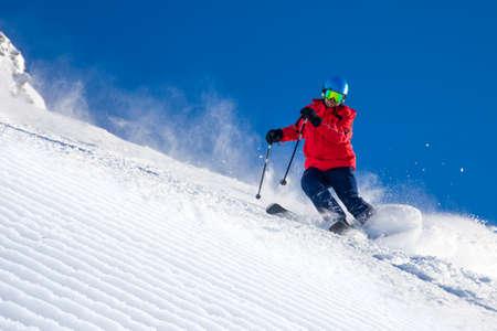 チロリアンアルプス、ツィラータール、オーストリアで新鮮な新しい粉雪で準備された斜面でスキー男