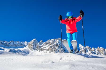 Junger glücklicher Skifahrer bereit zum Skifahren auf den Alpen. Standard-Bild