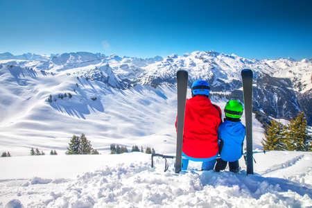 Vater mit seinem Sohn beim Skifahren und Genießen der Aussicht auf die Schweizer Alpen, Hoch Ybrig, Schweiz, Europa.
