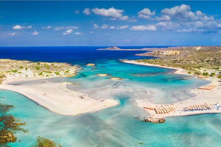 Luftaufnahme des Strandes von Elafonissi auf der Insel Kreta mit azurblauem klarem Wasser, Griechenland, Europa. Kreta ist die größte und bevölkerungsreichste der griechischen Inseln. Standard-Bild