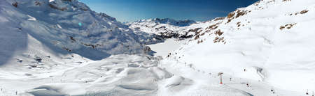 Beautiful winter landscape with Swiss Alps. Skiers skiing in famous Engelgerg - Titlis ski resort, Switzerland, Europe. Banque d'images - 121475955