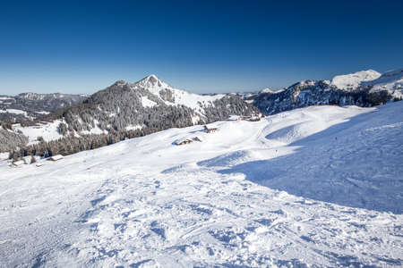 Beautiful winter landscape. People skiing in Hoch Ybrig ski resort, Switzerland, Europe Banque d'images - 121475956