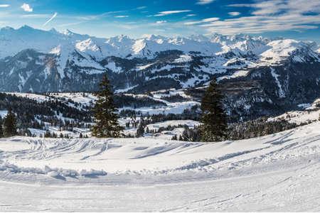 Beautiful winter landscape. People skiing in Mythenregion ski resort, Ibergeregg, Switzerland, Europe Banque d'images - 121475958