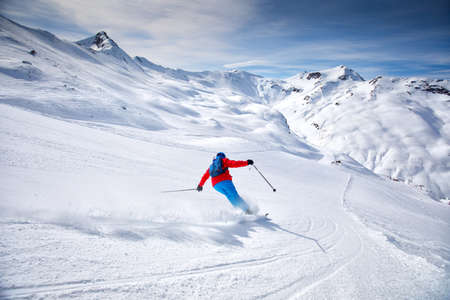 Junge attraktive Skifahrer Skifahren im berühmten Skigebiet in den Alpen, Livigno, Italien, Europa. Standard-Bild