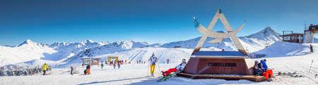 LIVIGNO, ITALIEN - Feb. 2019 - Skifahrer Skifahren im Skigebiet Carosello 3000, Livigno, Italien, Europa.