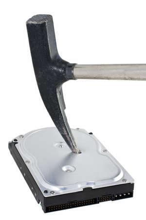 Festplatte in weißem Hintergrund zerstört. Jemand verwendet ein Hammer, um die Daten löschen