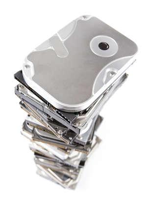 Pila de disco duro con espacio de copia. Fondo blanco y borroso en el fondo de la pila