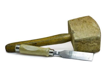 cincel: Martillo de madera y un cincel sobre fondo blanco. Estas herramientas de trabajo son utilizados por el ebanista.