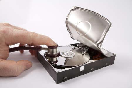 lurk: ascolto aperto disco rigido con uno stetoscopio