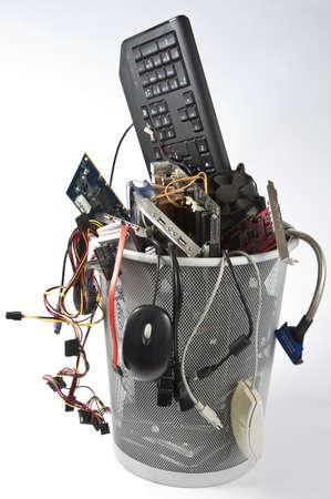Mülleimer in grauen Hintergrund mit vielen Computer-Teile