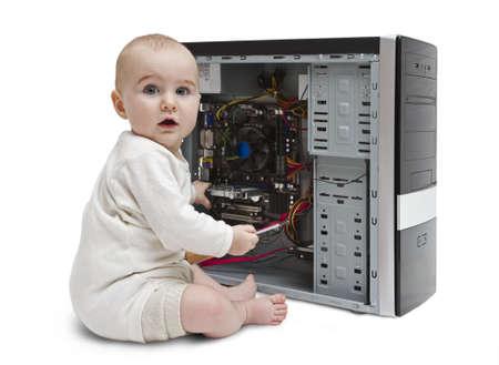 Kleinkind mit Schraubendreher in der Hand der Arbeit an offenen Computer in weißem Hintergrund.