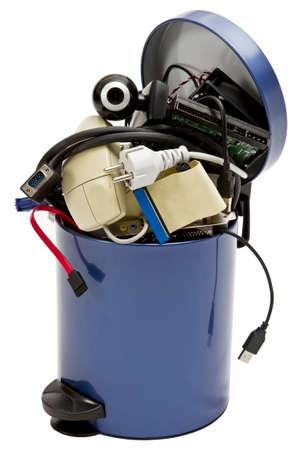 kleine Mülltonne mit Elektronikschrott auf weißem Hintergrund