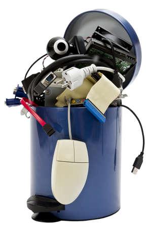 poubelle avec les déchets électroniques petit sur fond blanc