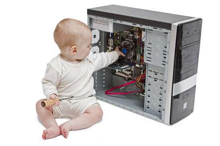 Kind mit einem Schraubenzieher in der Hand arbeiten offenen Computer auf weißem Hintergrund. Lizenzfreie Bilder