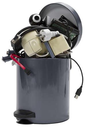 kleinen Mülleimer mit Elektronikschrott auf weißem Hintergrund Standard-Bild