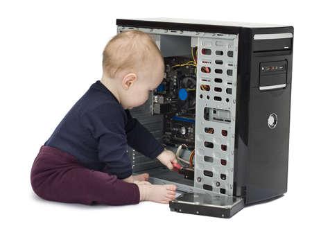 jong kind in blauw shirt met open computer op een witte achtergrond