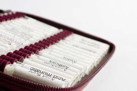 Hebammen Ausrüstung. viele homöopathische Kügelchen nach Namen geordnet. Keine Produktnamen, nur gewöhnliche Namen der homöopathischen Medizin