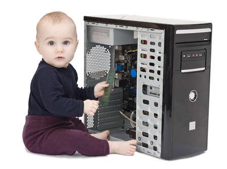 junges Kind in blauem Hemd mit offenem Computer auf weißem Hintergrund Lizenzfreie Bilder