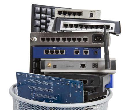 Elektronikschrott in Mülleimer Tastatur, Router, Logicboard, Festplatte, Schalter - isoliert auf weißem Hintergrund