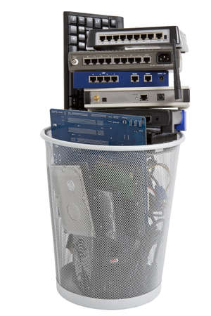 Elektronikschrott in Mülleimer Keyboard, Netzteil, Kabel, Logicboard, Festplatte - isoliert auf weißem Hintergrund