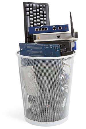 Elektronikschrott in Mülleimer Keyboard, Netzteil, Kabel, Logicboard, Festplatte - isoliert auf weißem Hintergrund Standard-Bild