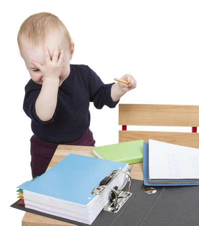 junges Kind arbeitet an Schreibtisch in hellem Hintergrund