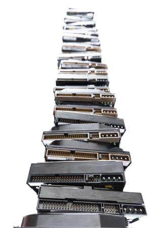 hohen Stapel von gebrauchten Festplatten in hellem Hintergrund